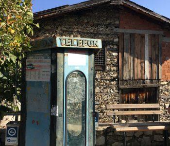Telefonzelle und Knopfhaus in Ürünlü bei Ormana in der Türkei.