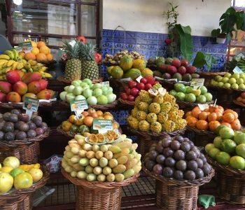 Frisches Obst an einem Stand auf dem Mercado dos Lavradores in Funchal. Yummy!