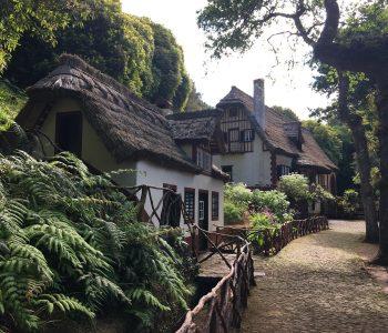 Der Einstieg zur Levada do Caodeirão Verde, dem grünen Kessel, begrüßt mit malerischen Häusern.