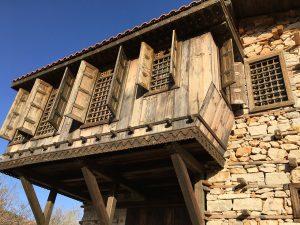 Ein neu aufgebautes Knopfhaus in Sarıhacılar Köyü in der Türkei.