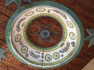 Kunstvolle Decke der Moschee in Sarıhacılar Köyü in der Türkei.