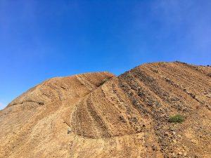 Gesteinsschichten auf dem Weg vom Pico do Arieiro zum Pico Ruivo auf Madeira