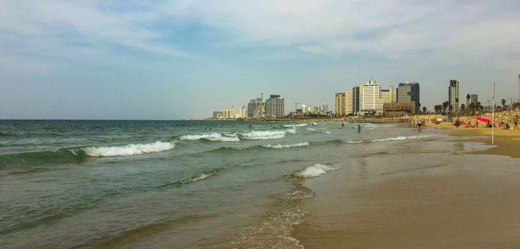 Am Strand von Tel Aviv mit Blick auf Hotels und Geschäftsgebäude