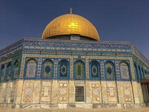 Der Felsendom in Jerusalem beeindruckt mit seiner goldenen Kuppel und strahlend blauen Mosaiken