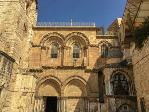 Die Grabeskirche in Jerusalem fügt sich nahtlos ins Stadtbild von Jerusalem. Von Innen beeindruckt sie dann mit Prunk