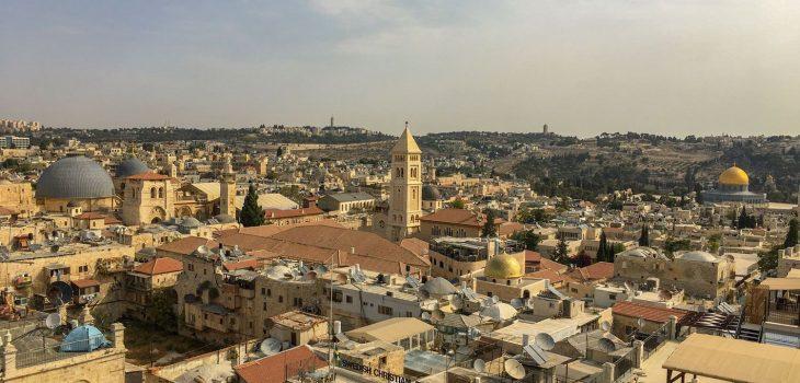 Ein Überblick über Jerusalem vom Tower of David über die Grabeskirche hin zum Felsendom., unterhalb dessen sich die Klagemauer befindet