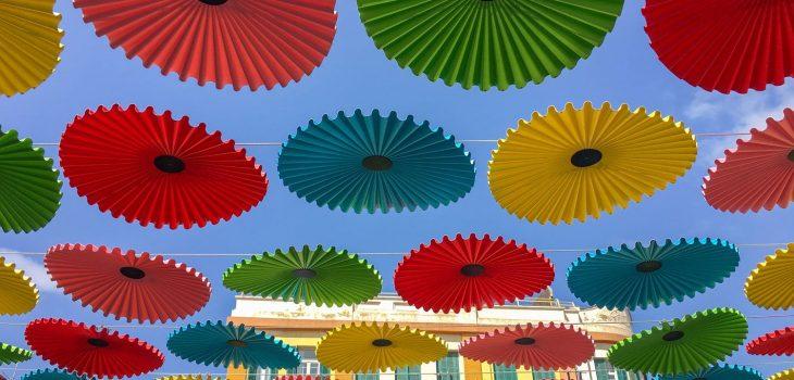 Bunte Schirme am Eingang zum Carmel Market in Tel Aviv