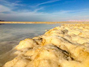 Salz wohin man sieht am Toten Meer in Israel