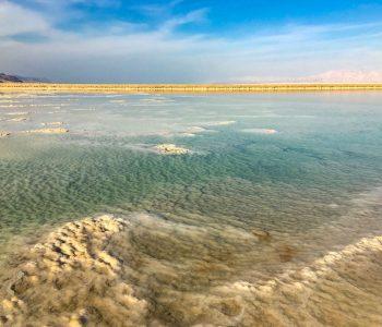 Hellblau schimmernden Wassernot Salzablagerungen im Toten Meer in Israel