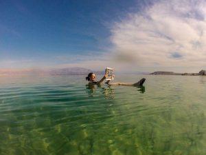 Schwimmen bzw. Treiben im Toten Meer in Israel