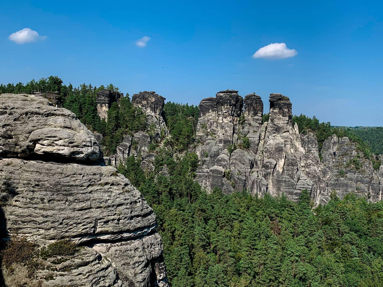 Blick auf die Schrammfelsen an der Basteibrücke in der Sächsischen Schweiz