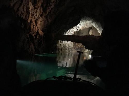 Eine natürliche Brücke im drittgrößen Höhlensee der Welt in der Altinbesik-Höhle in der Türkei.