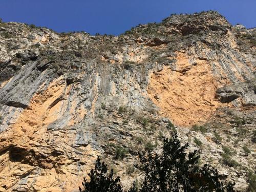Felsen am Eingang zur Altinbesik-Höhle im Taurusgebirge.
