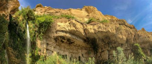 Felsen mit Wasserfall in der Oase En Gedi in der Negev-Wüste in Israel