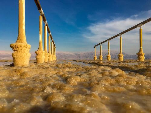 Salzablagerungen an einem Steg ins Tote Meer in Israel