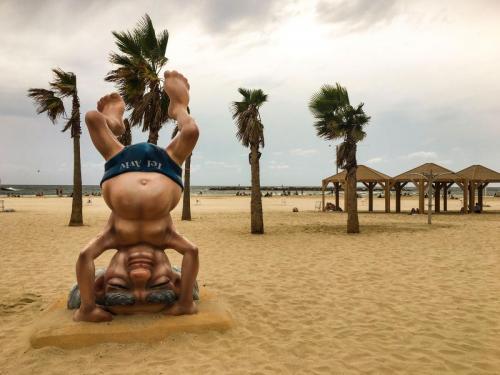 Eine Statue zeigt David Ben-Gurion beim Yoga am Frishman Beach in Tel Aviv